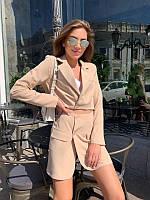 Женский костюм с укороченным пиджаком беж