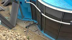 На бетонное основание чаши и между ребрами жесткости в стенах бассейна прокладывается плотный листовой пенополистирол (на фото серого цвета). На дне пенополистирол обрезается по форме бассейна так, чтобы его края не выходили за пределы чаши