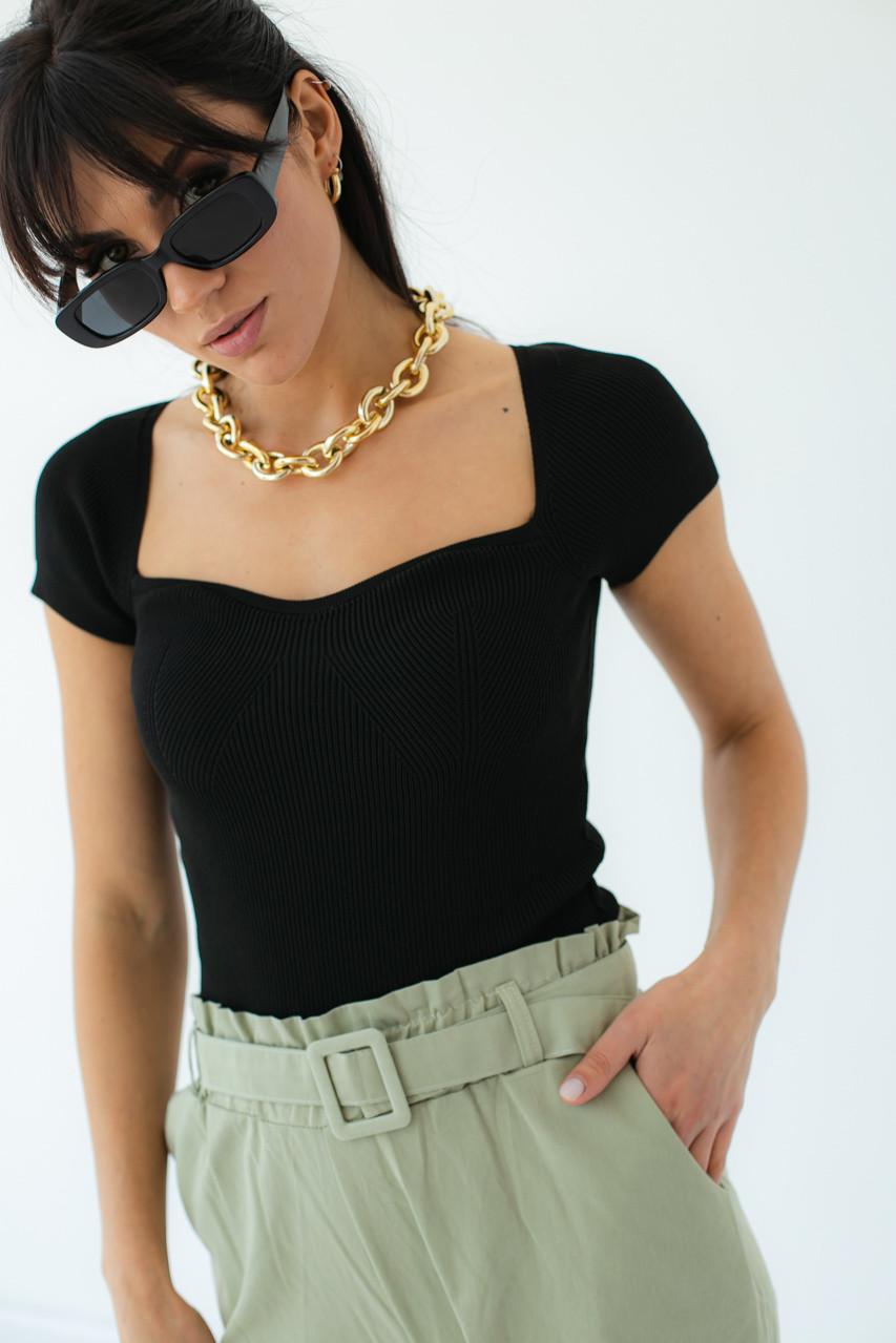 Жіноча футболка з квадратним вирізом в чорному кольорі