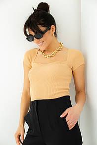 Жіноча футболка з квадратним вирізом в бежевому кольорі