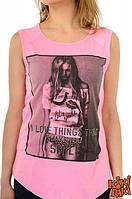 Розовая футболка с изображением девушки