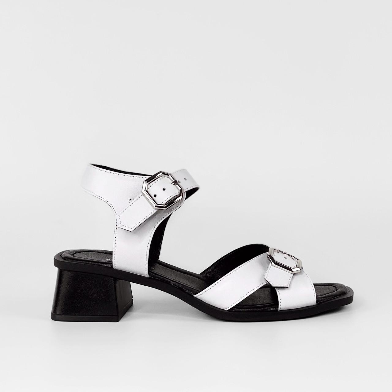Босоножки женские кожаные белые на каблуке с пряжками MORENTO