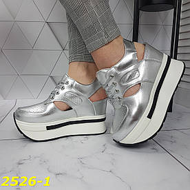 Снікерси кросівки з відкритою п'ятою на платформі з танкеткою срібло
