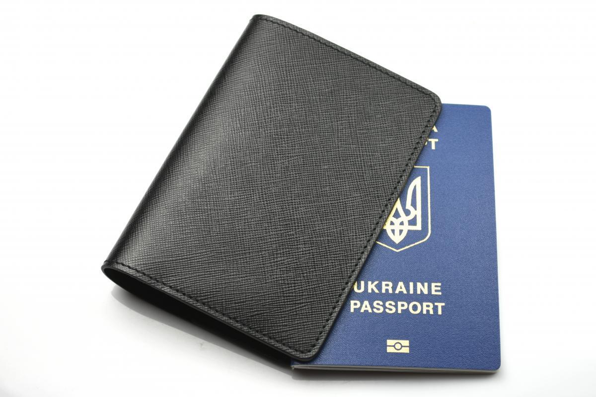 Шкіряна обкладинка для паспорта чорного кольору Morison Atelier`World Saffiano`