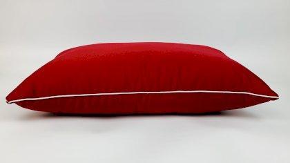 Подушка для комфортного сна сатиновая с искусственным пухом 70х70 Red Wine красного цвета
