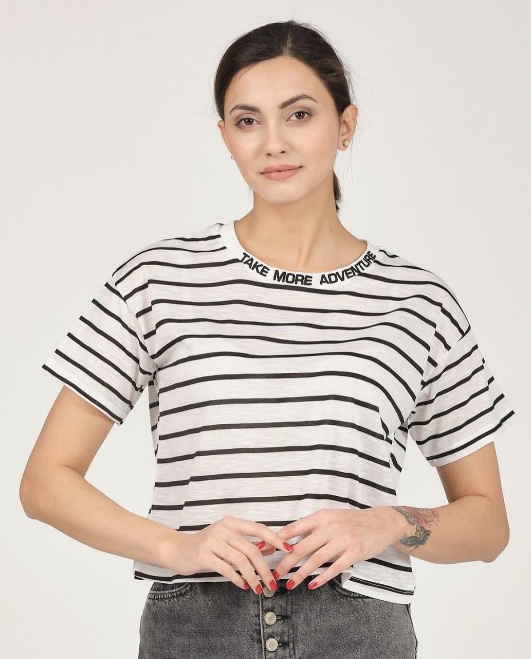 Оригінальна смугаста футболка з написом на горловині 42-46 (в кольорах)