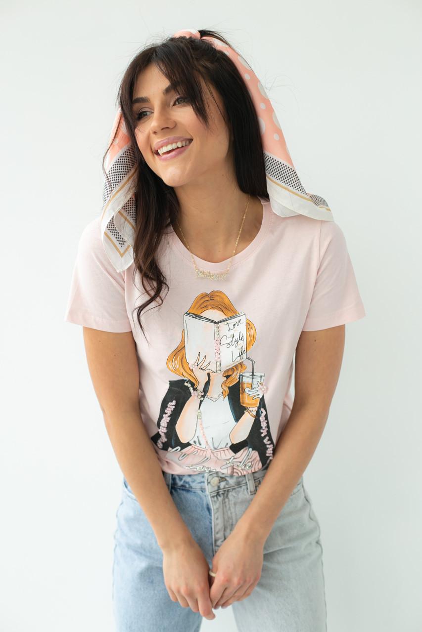 Женская стильная футболка с принтом в бежевом цвете