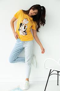 Женская стильная футболка с принтом в желтом цвете