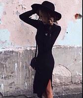 Стильное черное платье с разрезом