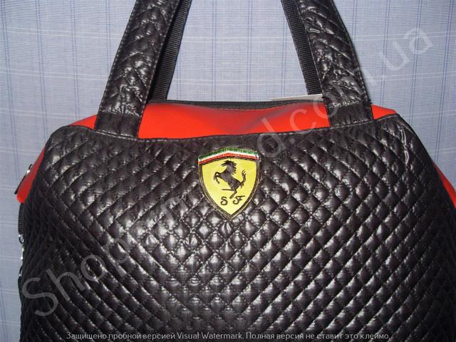 ac21477b7883 Женская спортивная сумка Ferrari из стеганного текстиля и кожзама (артикул  013635) в форме замечательного бочонка.