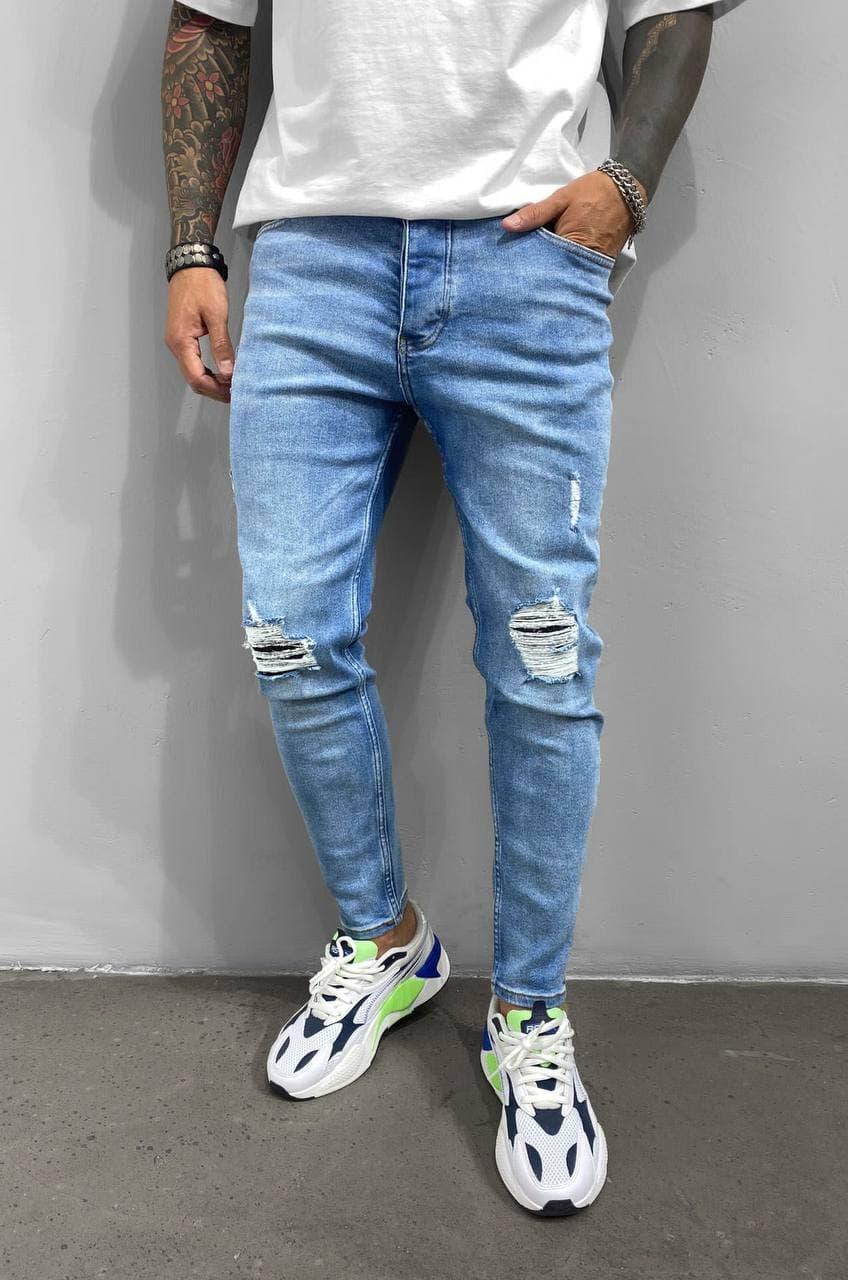 Чоловічі завужені джинси блакитного кольору з латками