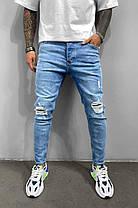 Чоловічі завужені джинси блакитного кольору з латками, фото 2