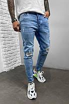 Чоловічі завужені джинси блакитного кольору з латками, фото 3
