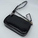 Женская лаковая сумочка GUESS 21GF-015 CONEY SHOULDER BAG багет через плечо с цепочкой черная, фото 2