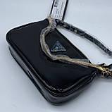 Женская лаковая сумочка GUESS 21GF-015 CONEY SHOULDER BAG багет через плечо с цепочкой черная, фото 4