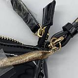 Женская лаковая сумочка GUESS 21GF-015 CONEY SHOULDER BAG багет через плечо с цепочкой черная, фото 5