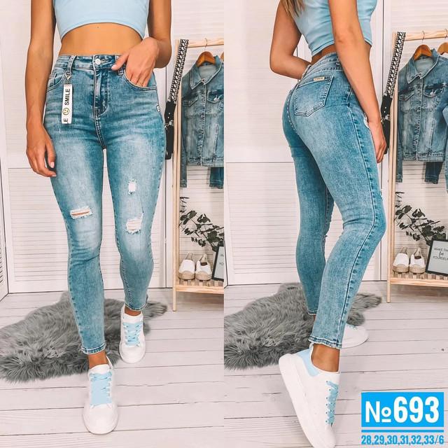 Женские стильные джинсы голубого цвета с потертостями
