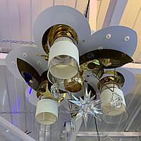 Люстра на 3 лампы + 1 дополнительная лампа в средине есть пульт