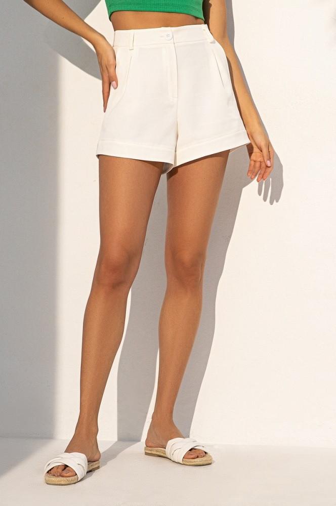 Короткие летние шорты из костюмной ткани с завышенной талией. Молочного цвета