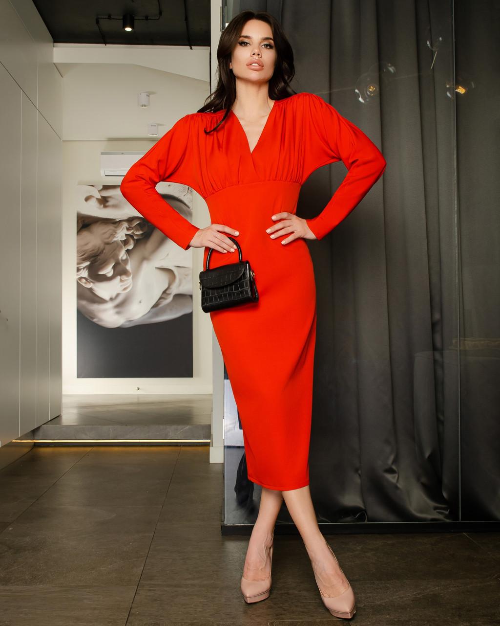 Платье футляр длины миди с вырезом на спине красный