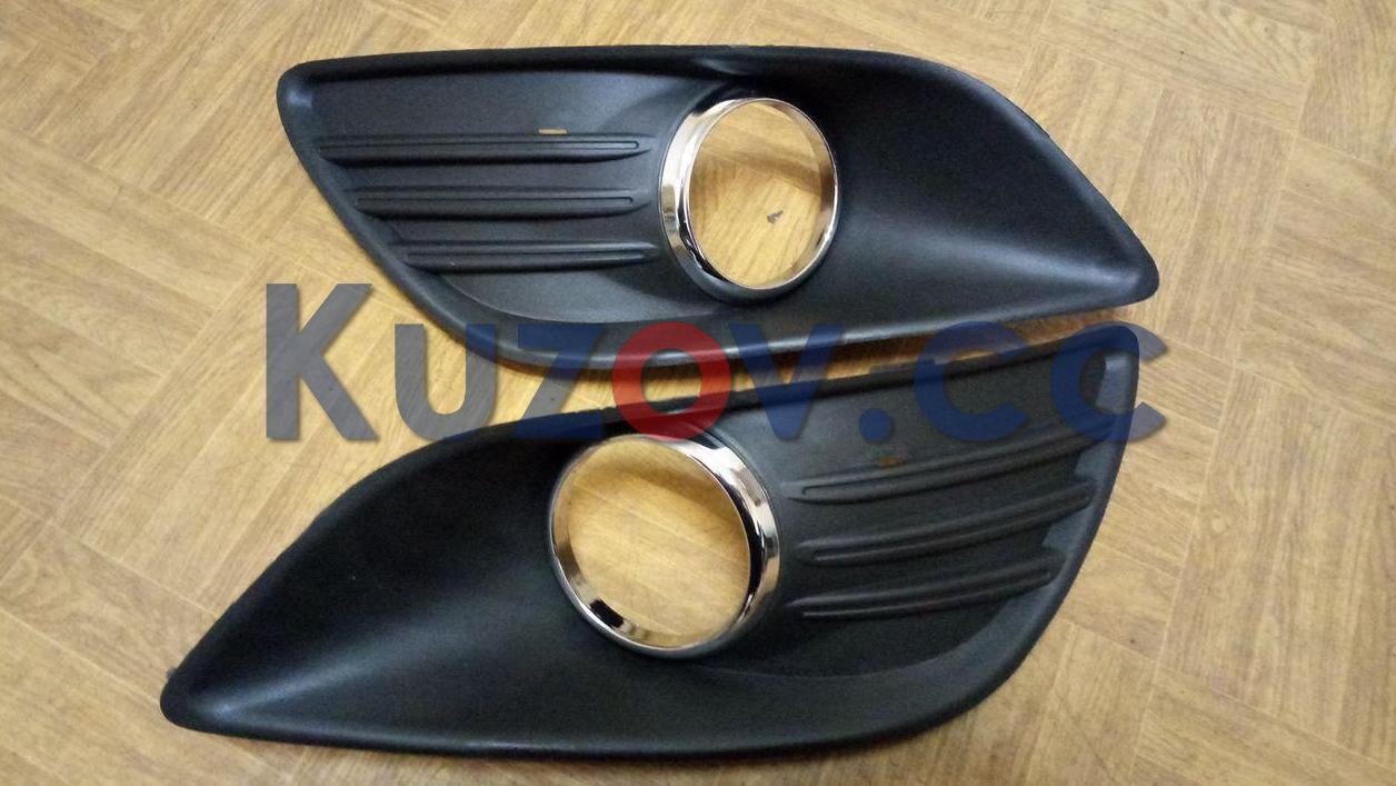 Решітка протитуманної фари права Ford Focus II рестайлінг '08-11 (LKQ) з хром окуляром - 1528560
