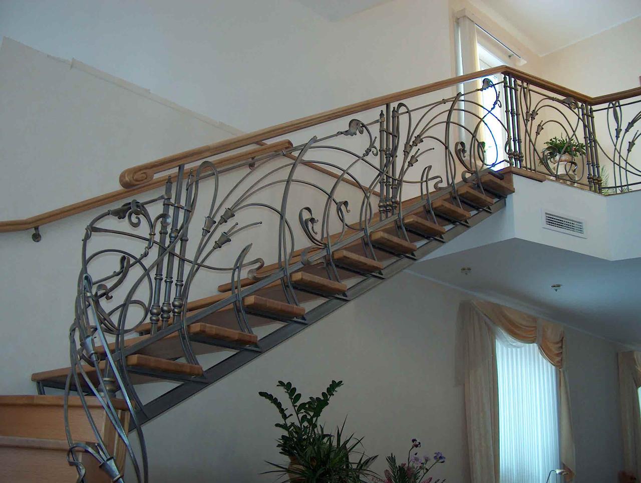 Лестница на второй этаж ковка