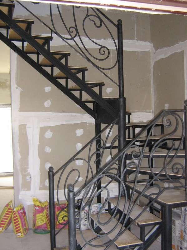 Мраморная лестница с кованными перилами - OOO «Металл Комфорт Сервис»  в Одессе