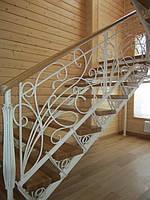 Кованые лестницы с деревянными перилами