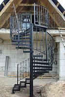 Лестница с кованными перилами и деревянными ступенями