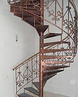 Лестница с кованными балясинами и деревянными ступенями