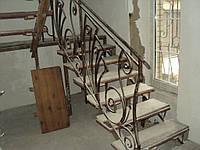 Лестница с ковкой и деревянными ступенями