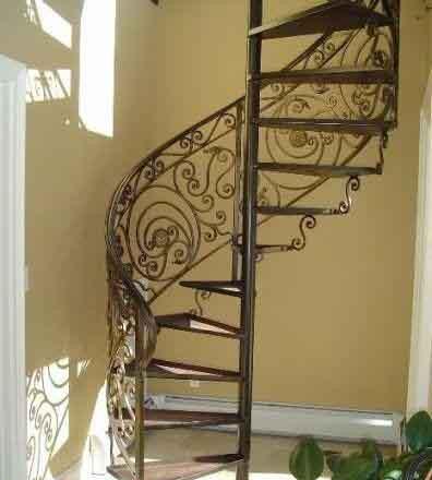 Кованые лестницы в маленькой комнате