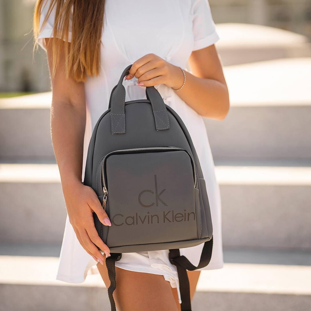 Сірий жіночий шкіряний рюкзак CK