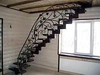 Кованная лестница с деревянными ступенями