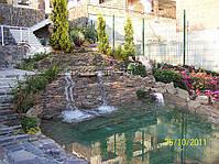 """Водный каскад выполнен фирмой """"Апекс-Ланд"""". Водный каскад включает в себя декоративный водоем и плавательный пруд."""