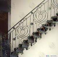 Деревянные лестницы с кованными перилами