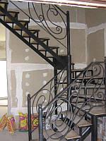 Лестница на железных косоурах с кованными перилами