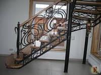 Деревянная лестница с кованными балясинами