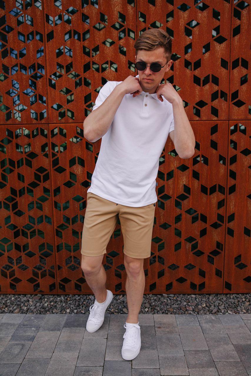 Мужской костюм на лето с бежевыми шортами и белой поло / Комплект Тениска + шорты