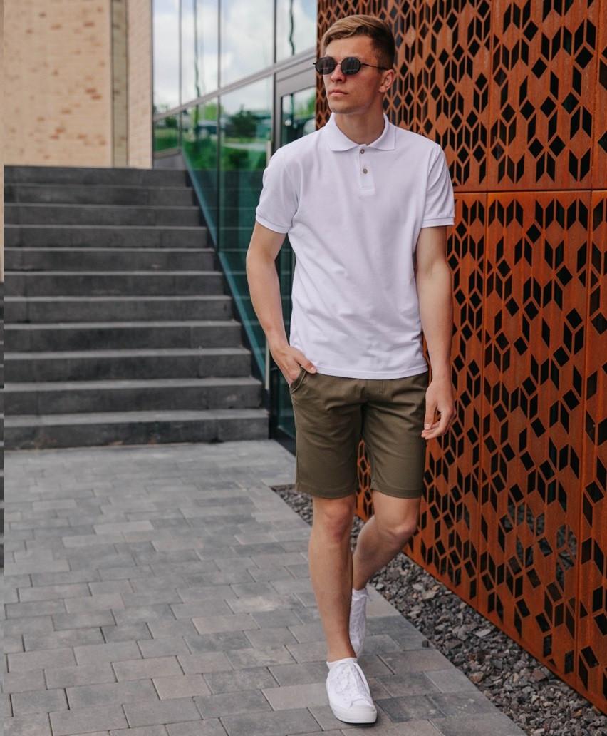 Чоловічий літній костюм стильний молодіжний прогулянковий з шортами і поло білого кольору