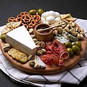 Дерев'яна сирна дошка для гарної презентації скибочок сиру з соусників і ковшем для меду (wds_0082)