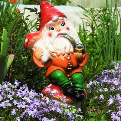 Садовая фигура BnBkeramik Гном с трубкой на грибе