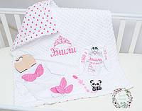 Комплект для новорожденной:именной конверт/одеяло,боди+носочки с крыльями,именная игрушка,именной держатель