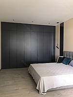 Шафа в спальню в сучасному стилі з фарбованими фасадами мдф