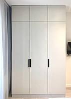 Шафа в коридор в сучасному стилі з фарбованими мдф фасадами
