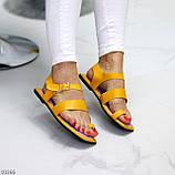 Стильні жовті жіночі босоніжки, в'єтнамки через палець літо 2021, фото 5