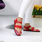 Стильні червоні жіночі босоніжки, в'єтнамки через палець літо 2021, фото 5