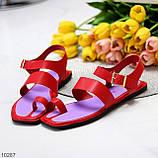 Стильні червоні жіночі босоніжки, в'єтнамки через палець літо 2021, фото 10