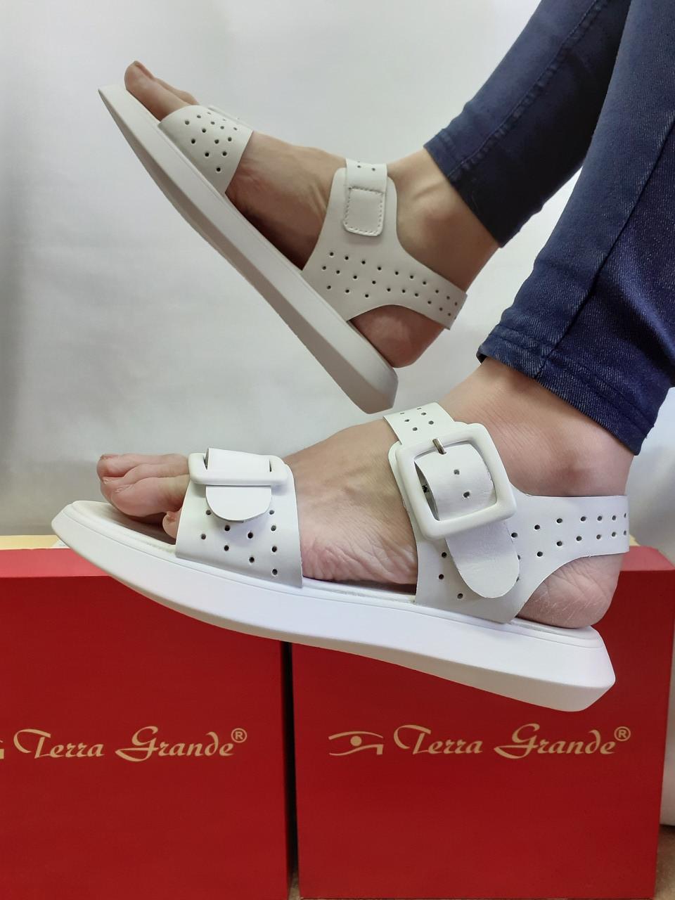 Комфортні шкіряні босоніжки білі Terra Grande