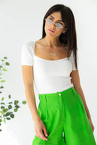 Жіноча футболка з квадратним вирізом в білому кольорі